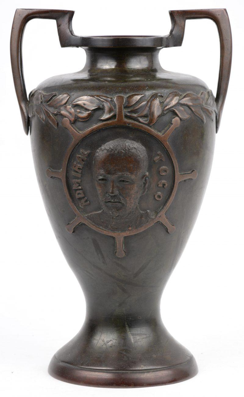 Een bronzen vaas met beeltenis van Admiraal Togo.