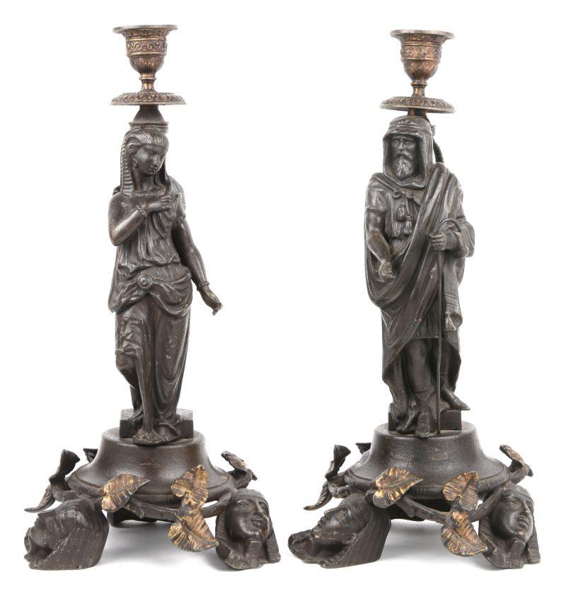 Een paar zamakken kandelaars met twee Egyptische figuren.