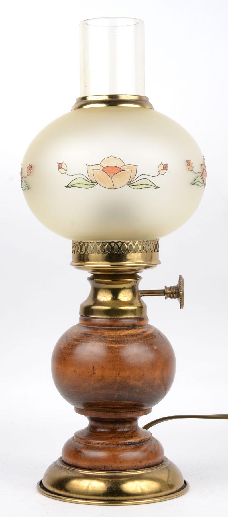 Een tafellamp met glazen kapje en met voet van hout en messing. Op elektriciteit gemonteerd.
