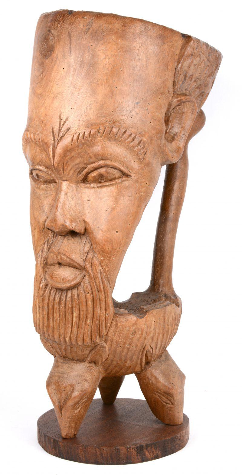 Een gebeeldhouwde Afrikaanse asbak in de vorm van een mannenhoofd.