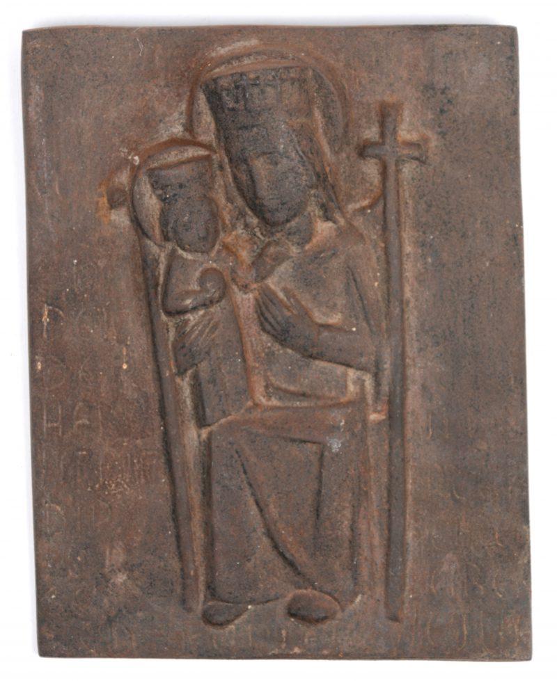 Een gietijzeren wandplaquette met beeltenis van Maria met Jezus. Achteraan gemerkt.