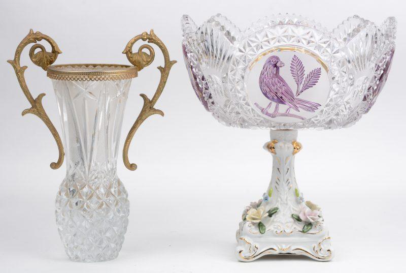 Een coupe van geslepen kristal met paarse voorstellingen van vogels en op porseleinen voet. Bijgevoegd een kleurloos glazen vaasje met messingen montuur.