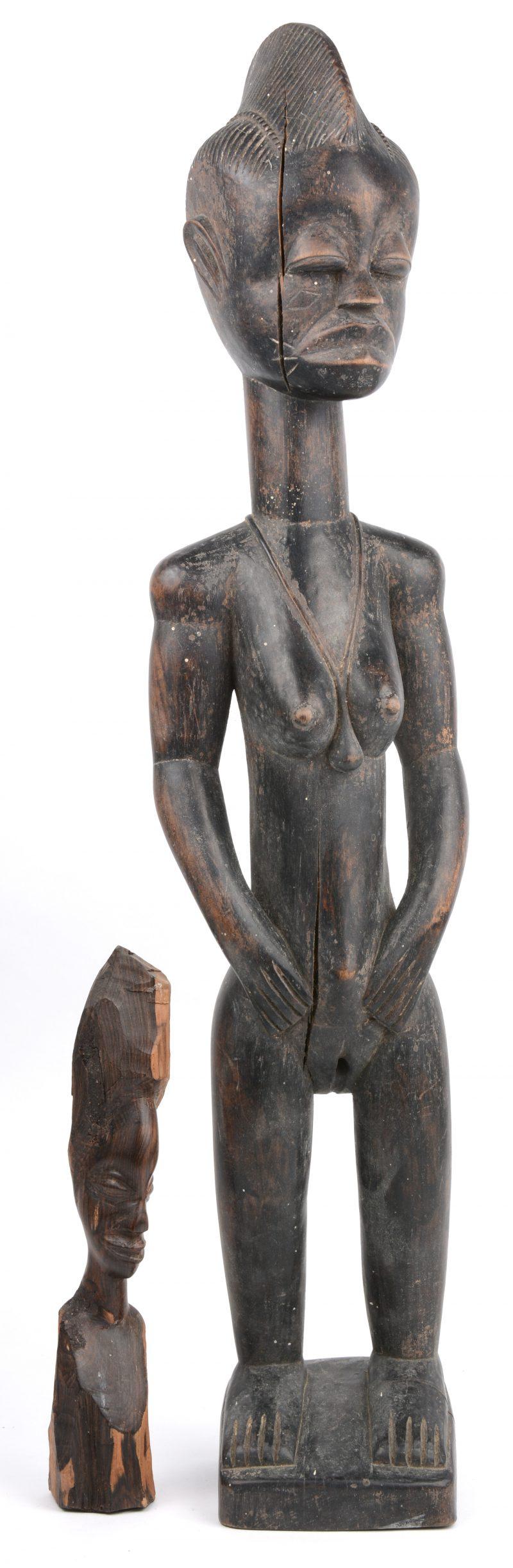 Een gebeeldhouwd Afrikaans houten beeld. D.R.Congo. We voegen er een kleiner beeldje aan toe.