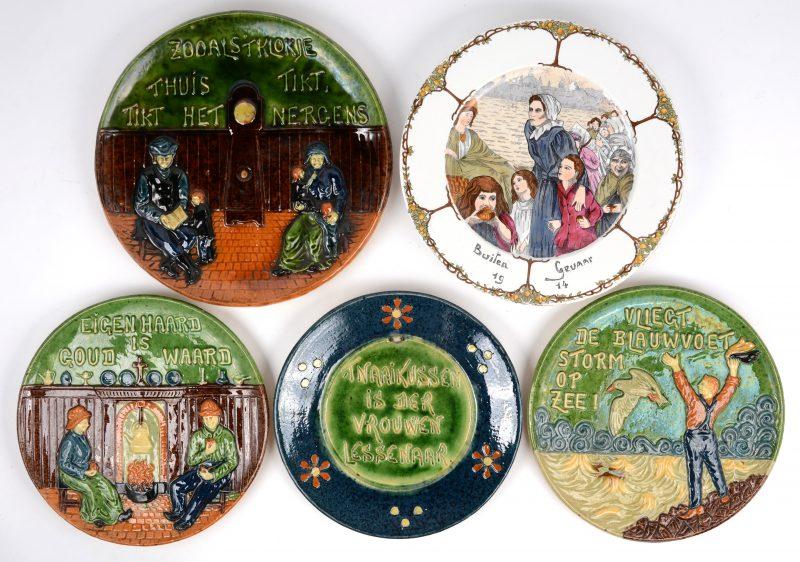 Vier spreukbordjes van Vlaams aardewerk. We voegen er een herdenkingsbord uit 1914 aan toe.