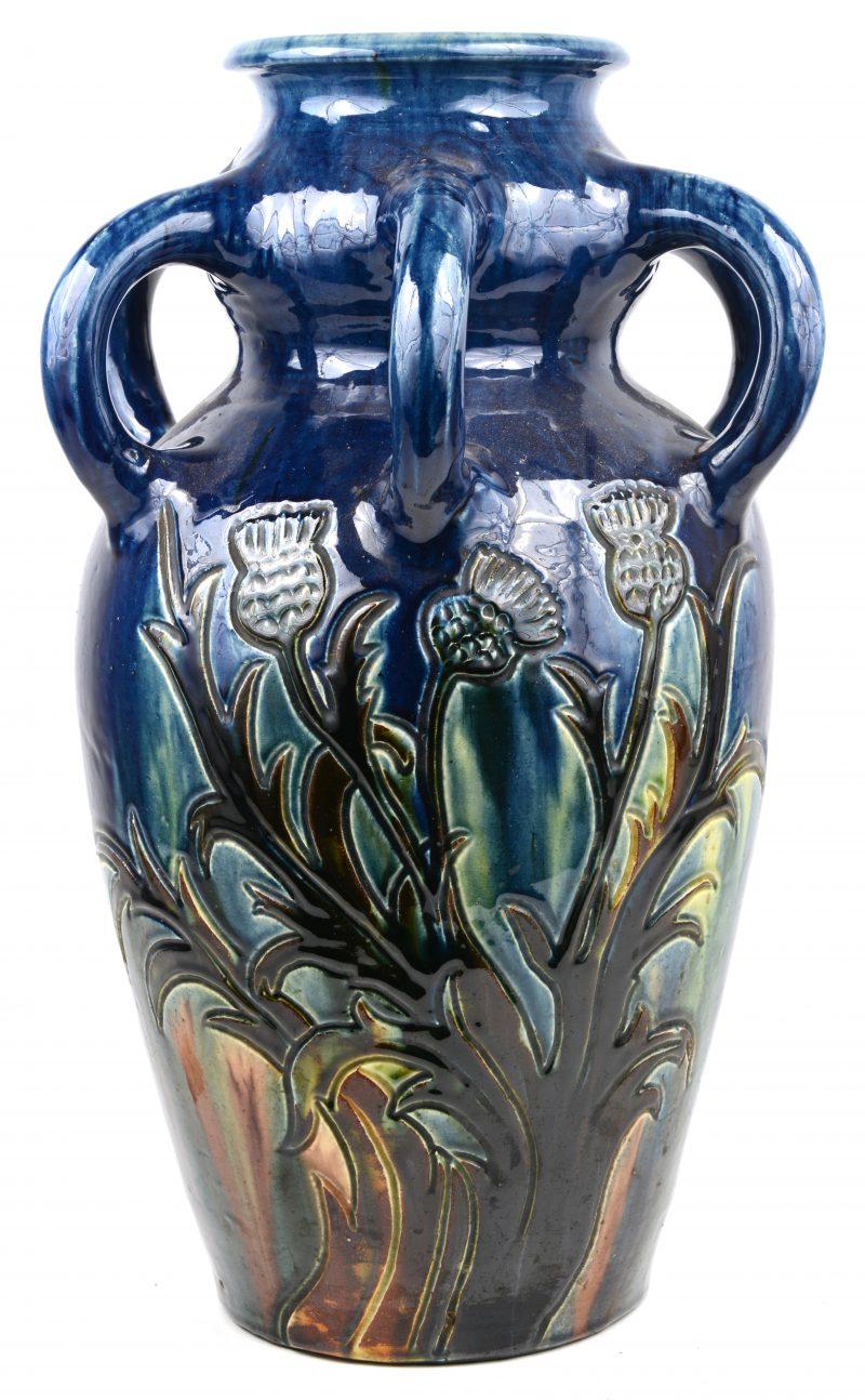 Een grote vaas van Torhouts aardewerk met een gestileerd disteldecor.