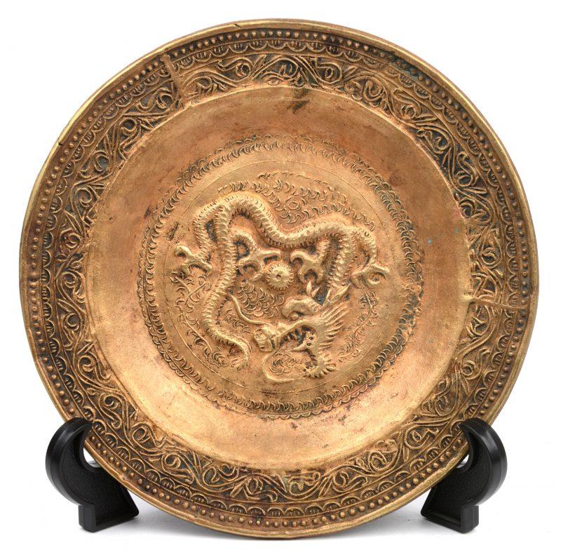 Een Chinees bronzen wandbordje met een draak in het decor.