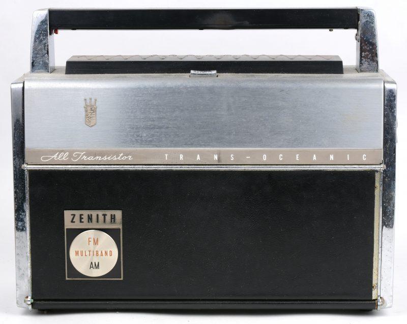 """Een draagbare radio, model Trans-Oceanic Royal """"3000-1"""". Slijtagesporen."""