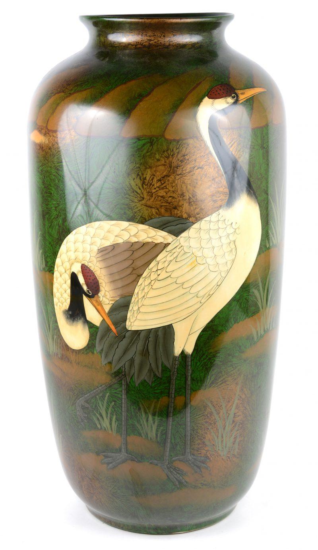 Een grote aardewerken vaas met een meerkleurig decor van kraanvogels. Chinees werk.