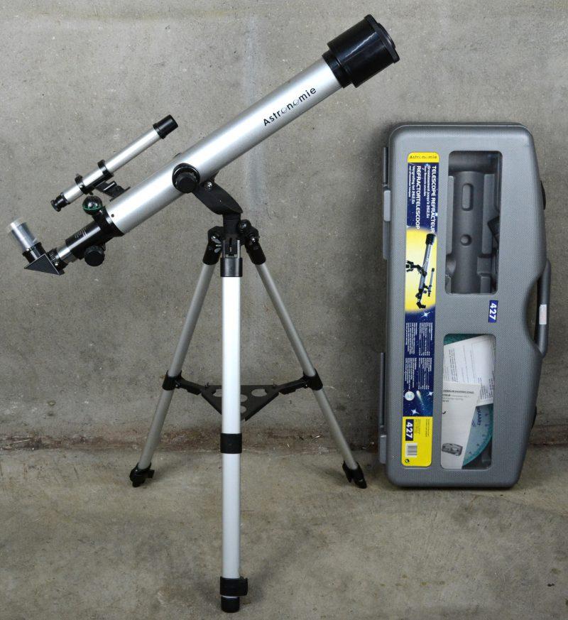 Een Duitse refractortelescoop met afneembaar kompas. Met originele doos.