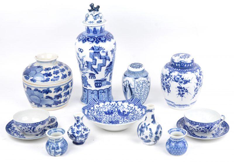 Een lot blauw-wit Chinees porselein, bestaande uit een dekselvaasje, twee gemberpotjes, een dekselpot, twee kopjes met schoteltjes, vier vaasjes en een schaaltje.