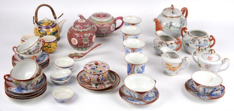Een gevarieerd lot Chinees porselein, bestaande uit theepotjes, -kopjes en -schoteltjes.