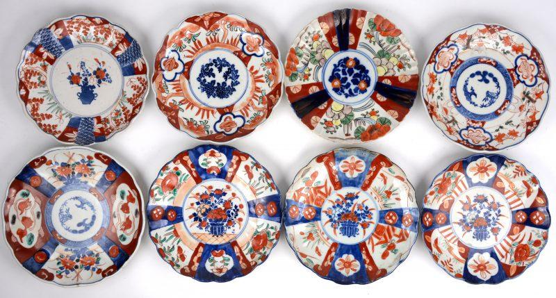 Een lot van acht borden van Imariporselein. XIXe en XXe eeuw. Twee met randschilfer.