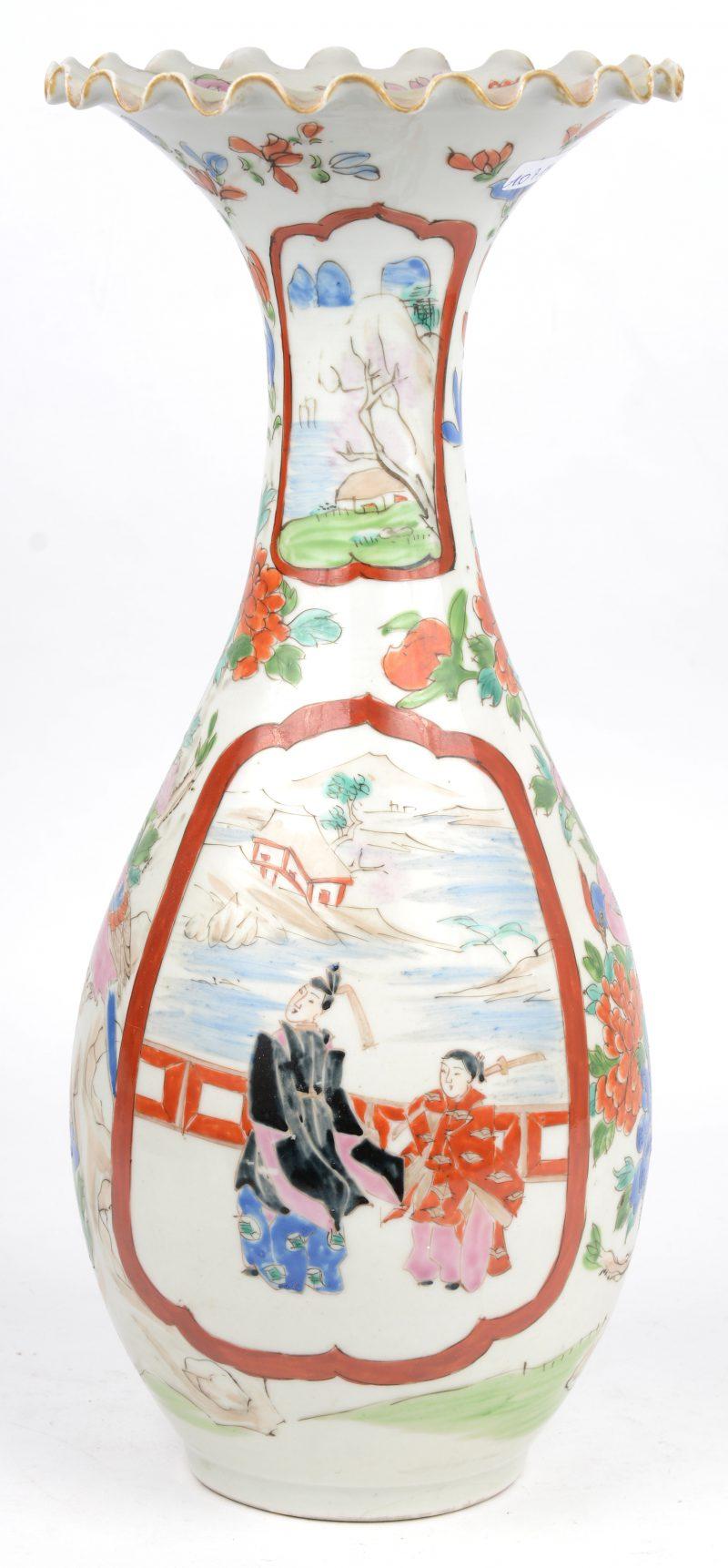 Een kraagvaas van Imariporselein met een decor van personages in cartouches, omgeven door vogels en pioenen. Onderaan gemerkt.