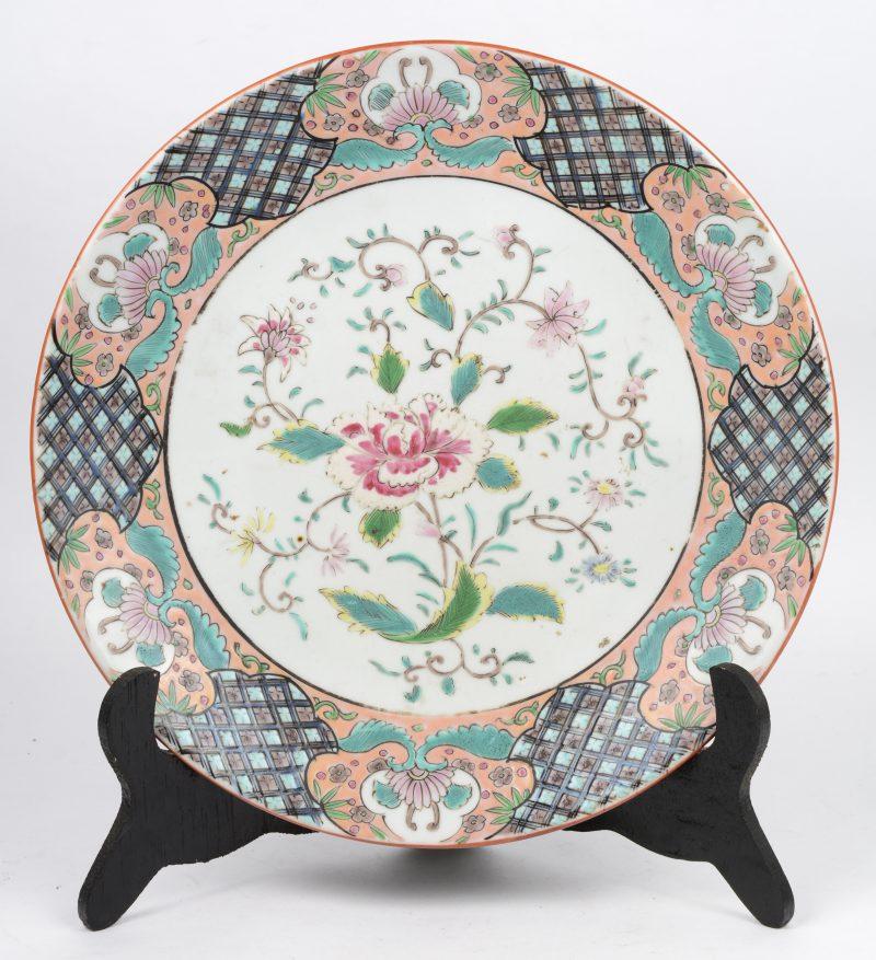 Een sierbord van meerkleurig Chinees porselein, versierd met een bloemendecor. Onderaan gemerkt.