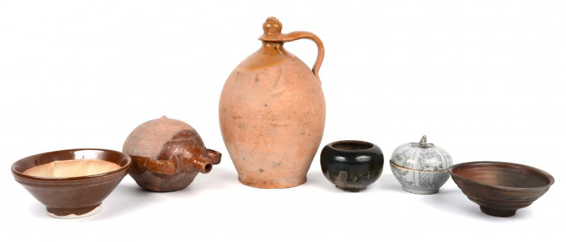 Een lot aardewerk, bestaande uit drie Chinese kommetjes, waarbij één met meerkleurig en één met capucineglazuurs, dekselpotje, een veldfles en een kruik.