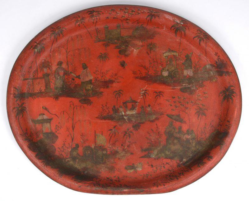 Een antiek Chinees metalen dienblad met diverse voorstellingen.