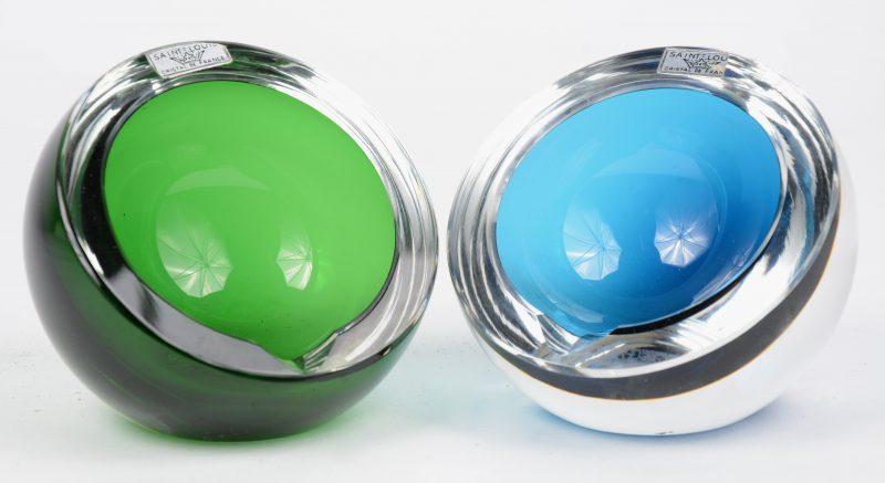Twee bolle asbakjes van resp. groen en blauw kristal. Gemerkt.