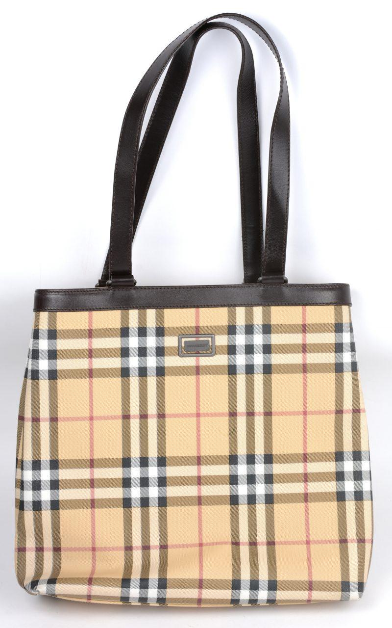 Een handtas met Schots ruitmotief, model 'Nova Check'.