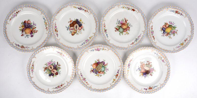 Zeven borden van wit porselein met een afwisselend en veelkleurig decor van vruchten. Rococovleugel, met bloementuilen en een reliëfrand met vergeet-mij-nietjes-guirlande. Onderaan gemerkt in blauw onder glazuur. Eerste helft XXste eeuw.
