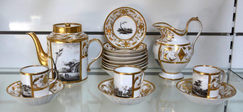 Een deel van een elegant theeservies van wit porselein, rijkelijk verguld en zeer fijn gedecoreerd met landschappen in grisaille. Parijs, tijdperk Empire. Theepot, melkpot, drie kopjes, twaalf schoteltjes.