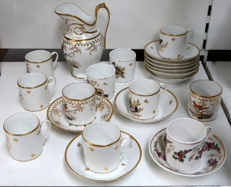 Een collectie Vieux Paris porselein tijdperk Empire: een melkkan (haarscheur), twee kopjes en een schoteltje met een veelkleurig vogeldecor, een kopje en schoteltje met rozenguirlande, acht kopjes en acht schoteltjes met een decor van diverse vogels in grisaille en goud. Alles rijkelijk verguld.