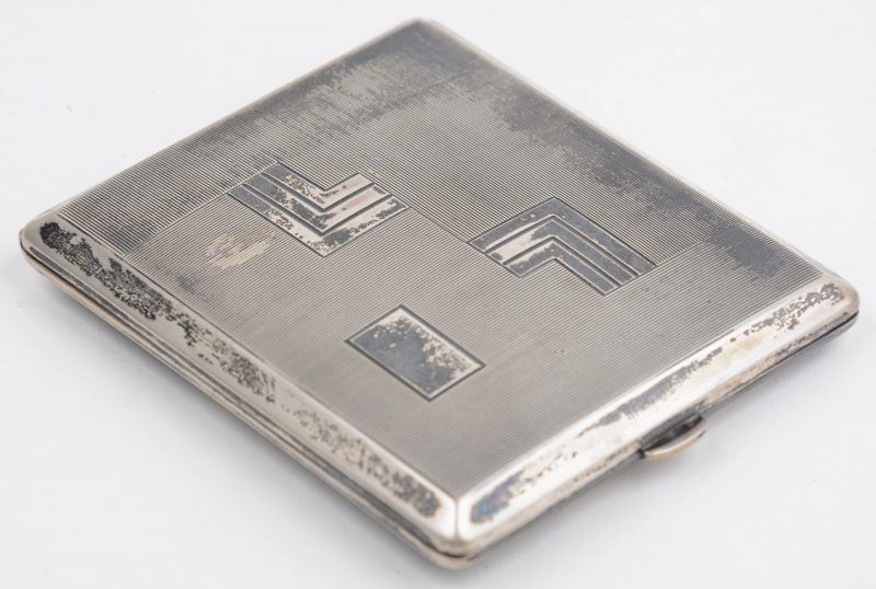 Een mooi gegraveerde art deco sigarettendoos van massief zilver. Duitse keur, 800/1000, zilversmid R.K. voor Silberwarenfabrik Robert Kraft, Pforzheim.