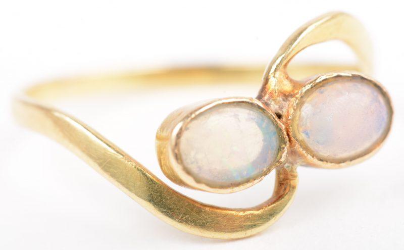 Een 18 K geelgouden ring bezet met opaal.