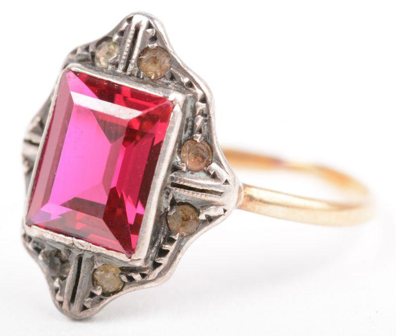 Een 18 K geelgouden en zilveren ring bezet met een rode steen.