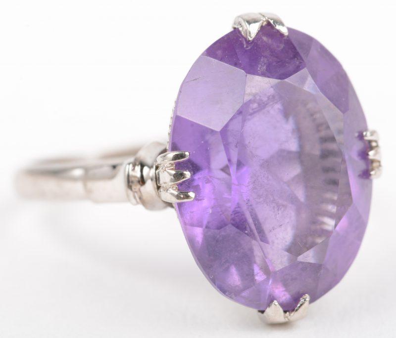 Een zilveren ring bezet met een amethist van +- 5 ct.