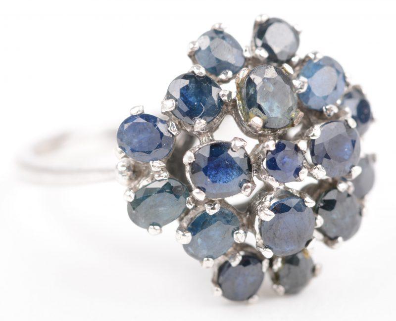 Een zilveren ring bezet met saffieren met een gezamenlijk gewicht van +- 1,50 ct.