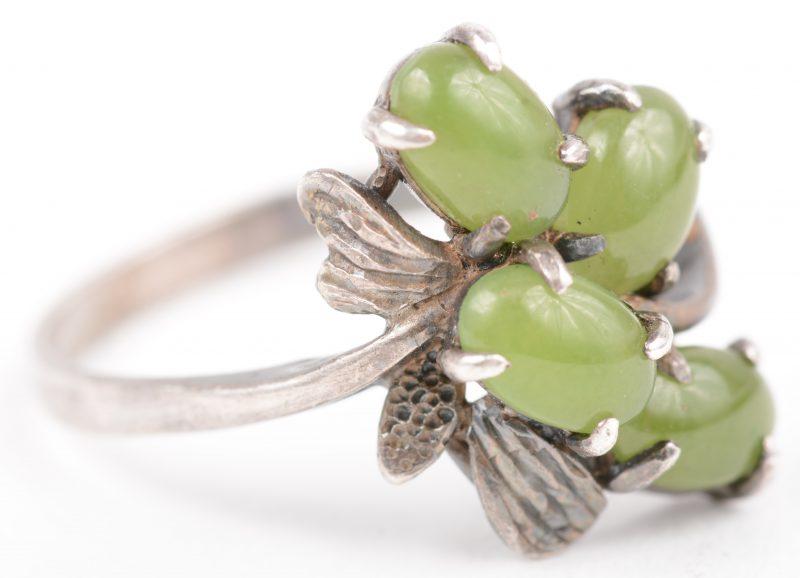 Een zilveren ring bezet met jade.