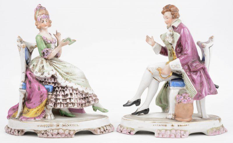 Een paar beeldjes van een elegante dame en heer. Polychroom Duits porselein.