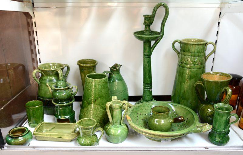 Een gevarieerd lot van groen geglazuurd steengoed, enkele stukken gemerkt Valauris en Saint-Hubert: vazen, een grote kandelaar (50 cm), een tisanière, kruiken, enz. Sommige beschadigd en/of hersteld.