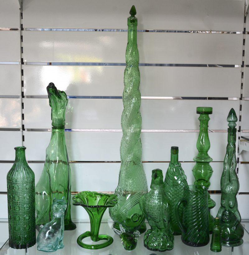 Een lot voorwerpen van gegoten groen glas: animorphe kruiken, vaasjes enz.