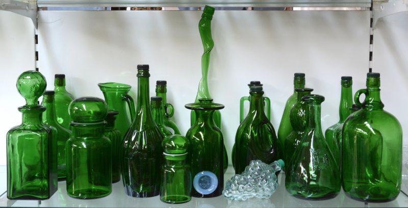 Een lot voorwerpen van gegoten groen glas: flessen kruiken, karaffen enz.