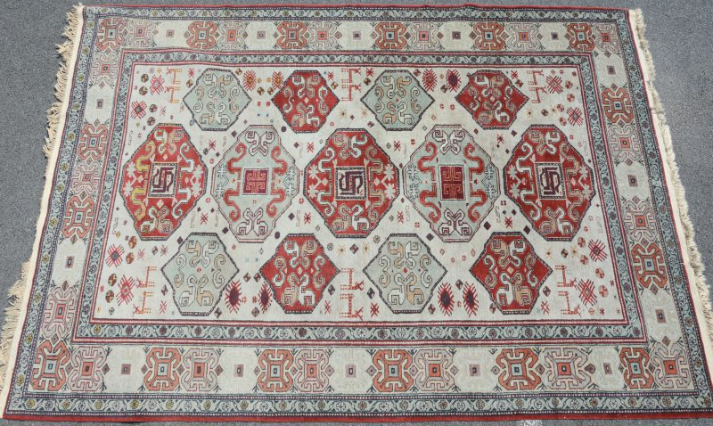 Een handgeknoopt Kaukasisch wollen karpet.