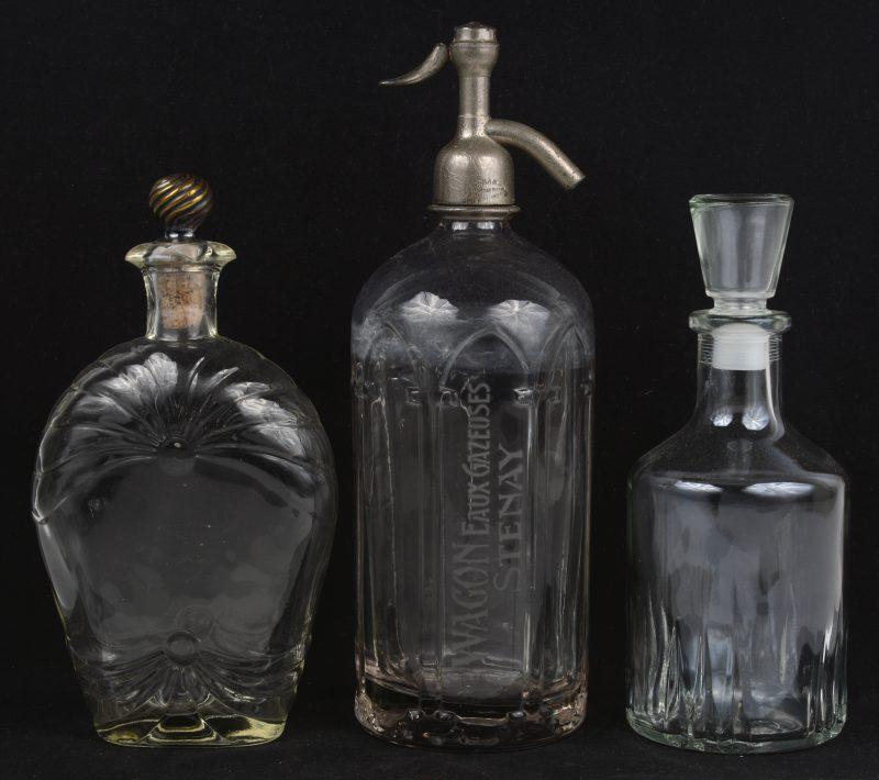 Een lot van drie stuks glaswerk, bestaande uit een grote parfumfles, een karafje met stop en een sodafles van Wagon Stenay.