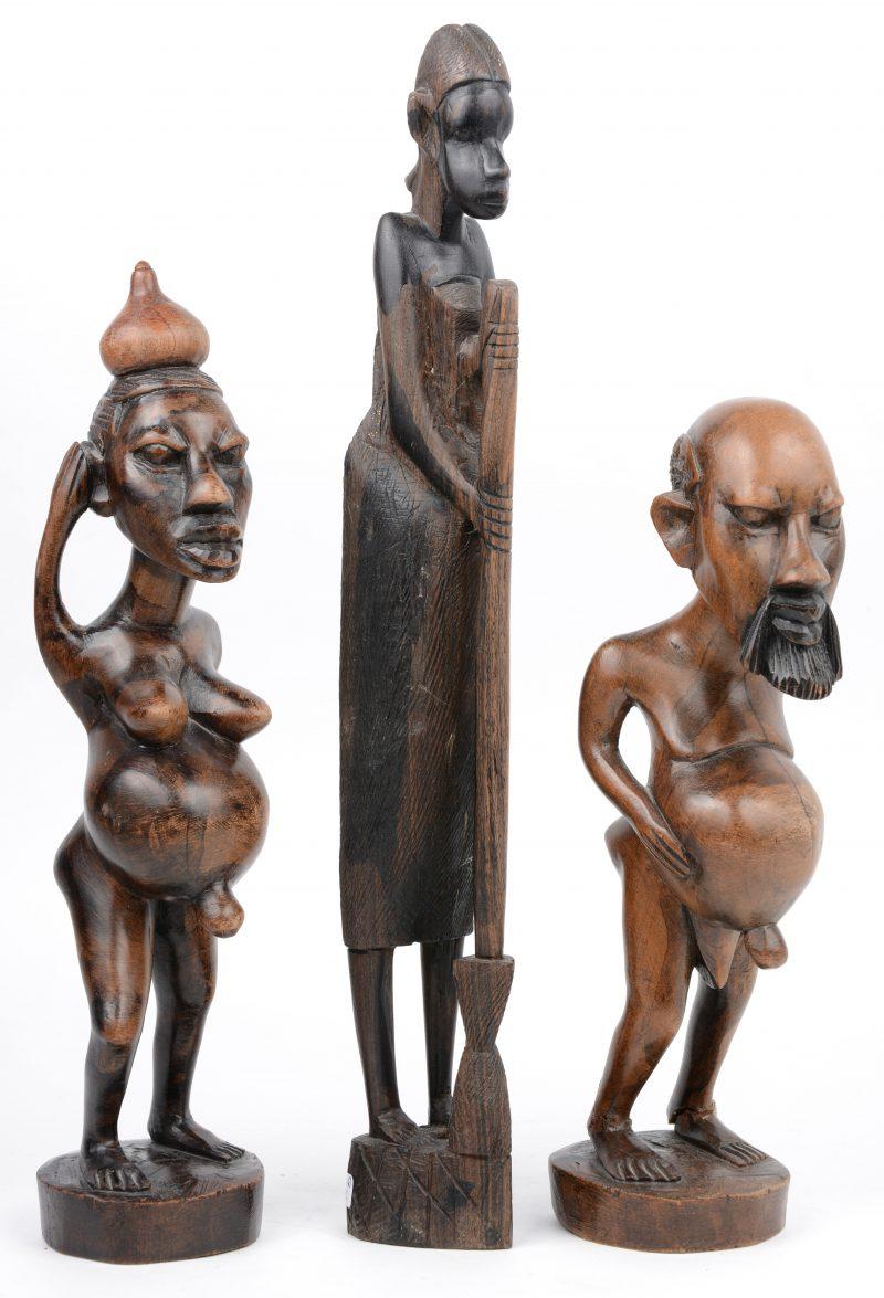 Drie gebeeldhouwde Afrikaanse beeldjes. Eén voetje gerestaureerd.
