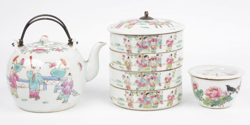 Een lot Chinees porselein met meerkleurige decors, bestaande uit een 'lunchbox' met vier compartimenten, een theeschaaltje en een theepotje.