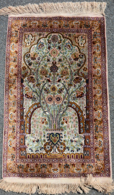 Een handgeknoopt Perzisch bidkleedje, zijde op zijde.