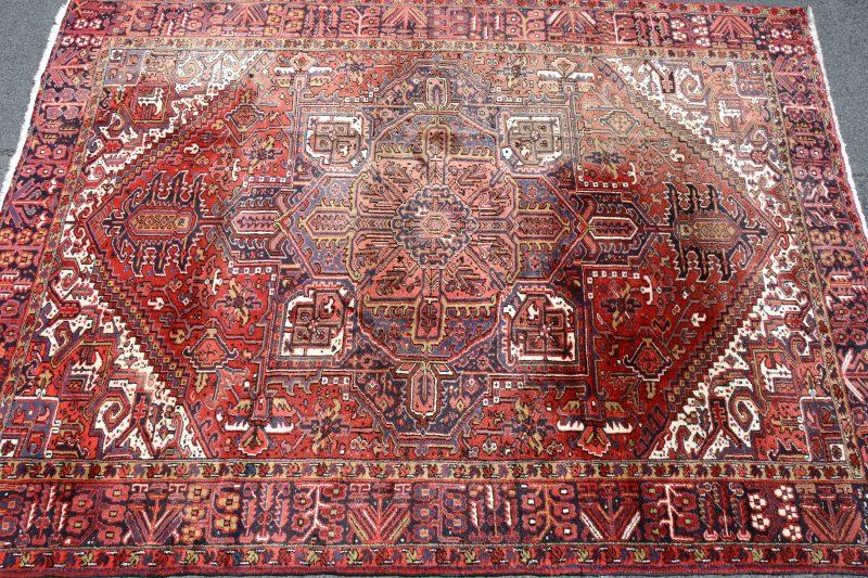 Een handgeknoopt Perzisch karpet, wol op katoen.