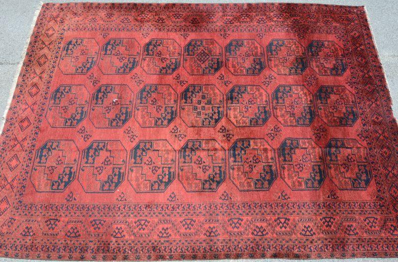 Een handgeknoopt Afghaans wollen karpet.
