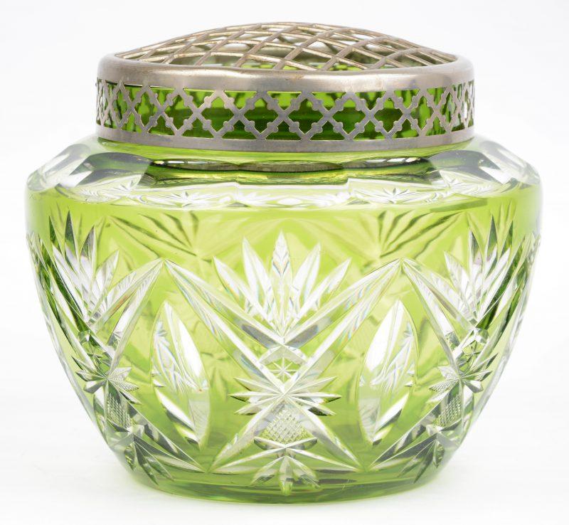 Een grote pique-fleur van geslepen groen kristal. Mogelijk Val St. Lambert.