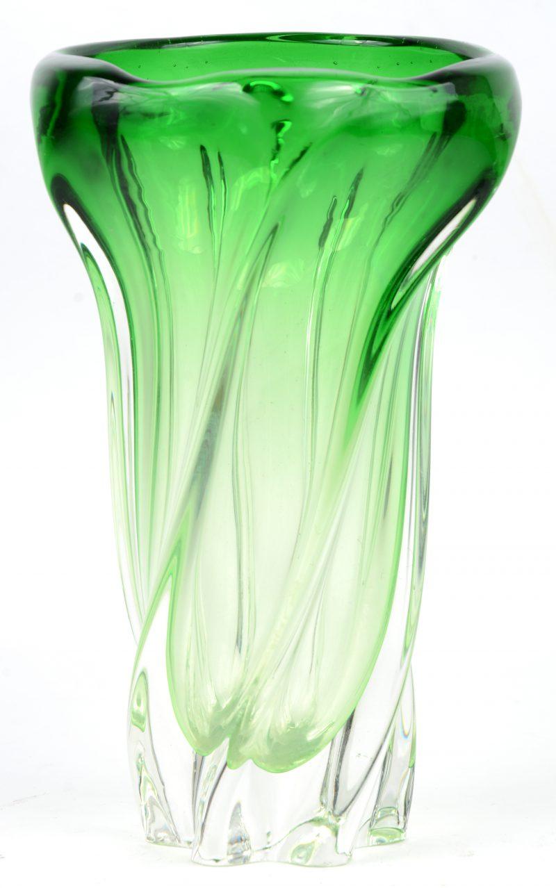 Een vaas van felgroen kristal. Kleine schilfer aan de basis.