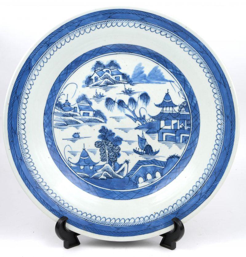Een sierschotel van Chinees porselein met een blauw op wit landschapsdecor. XIXe eeuw.