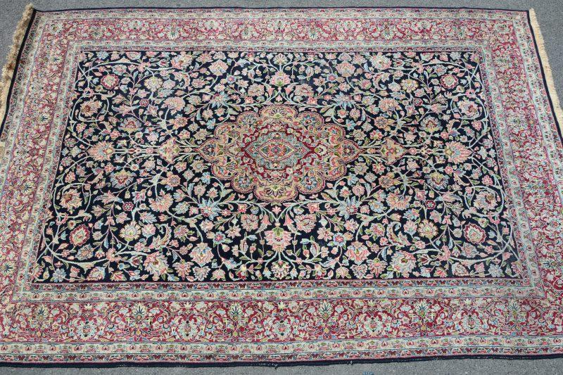 Een handgeknoopt Perzisch wollen karpet.