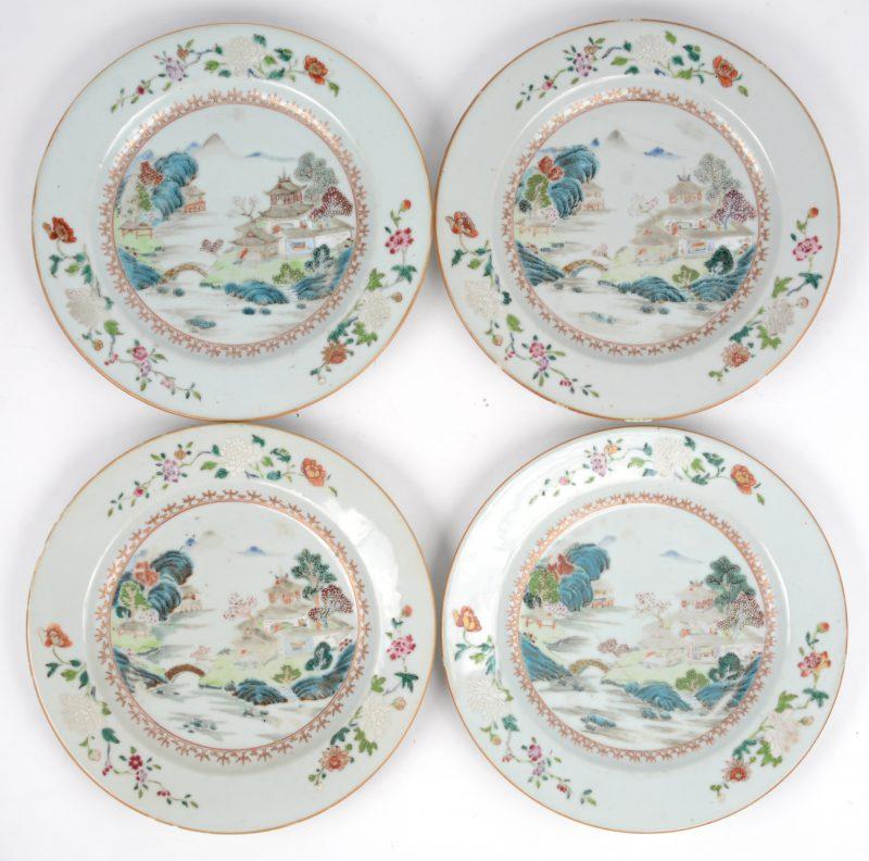 Een reeks van vier Chinees porseleinen bordjes met meerkleurige landschapsdecors. Tijdperk Qianlong. Enkele randschilfers en twee met haarscheur.
