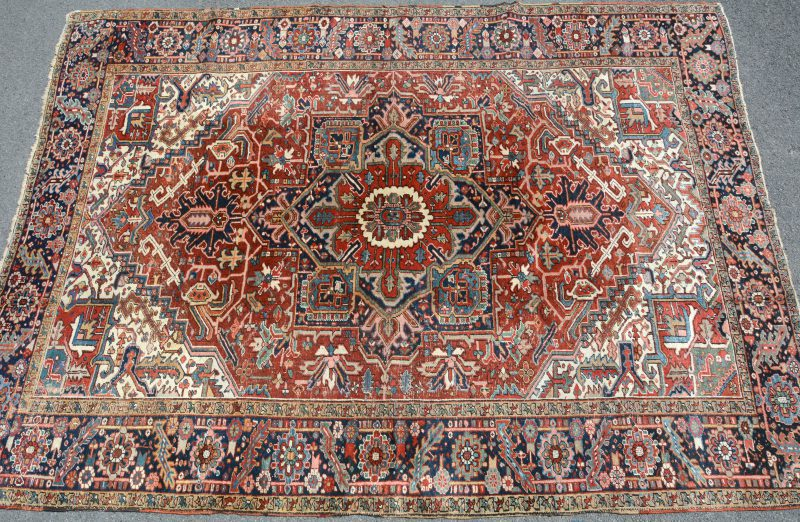 Een antiek handgeknoopt Perzisch wollen karpet.