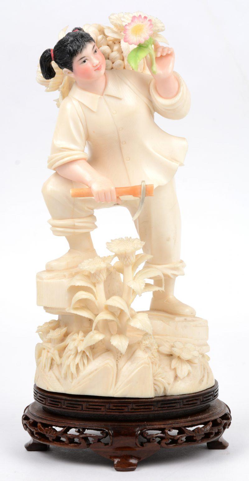 """""""Bloemenverkoopster"""". Een fijn gesculpteerde en gepolychromeerde ivoren groep. China, medio XXe eeew. Op houten sokkel"""