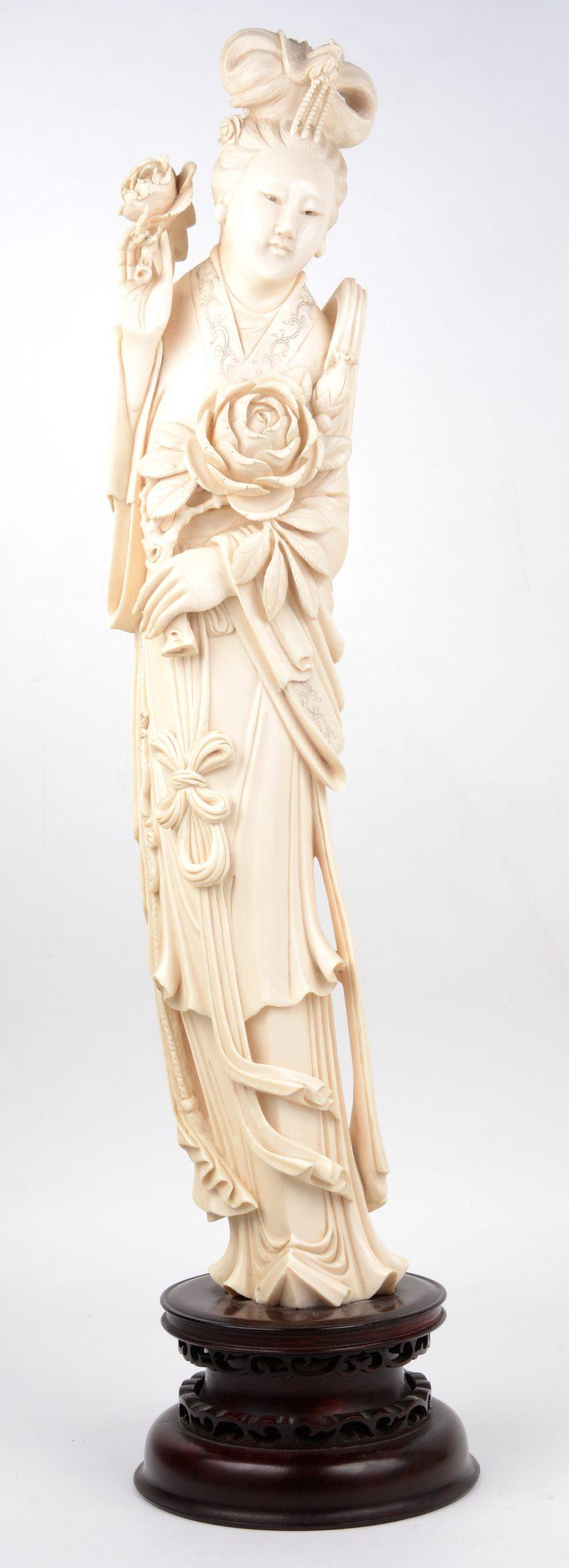 """""""Vrouw met pioenen"""". Een beeld van gesculpteerd ivoor. Eerste helft XXe eeuw."""